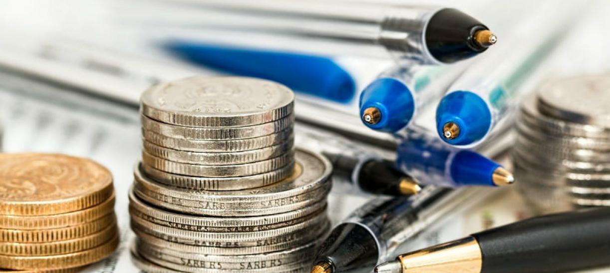 Imagen de algunas monedas y esferos