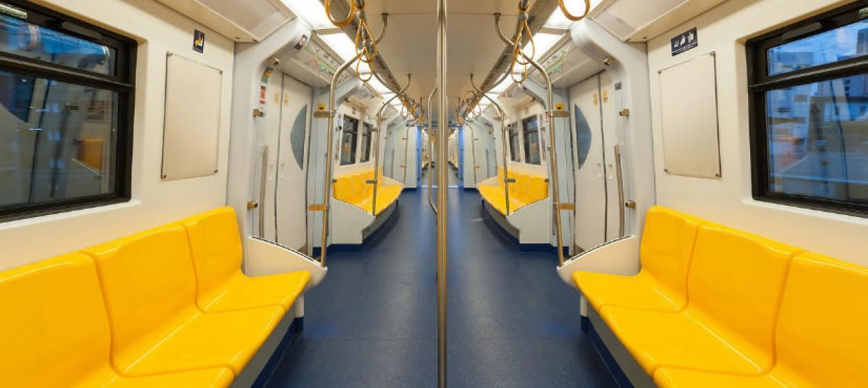 Imagen del interior de un metro con sillas amarillas
