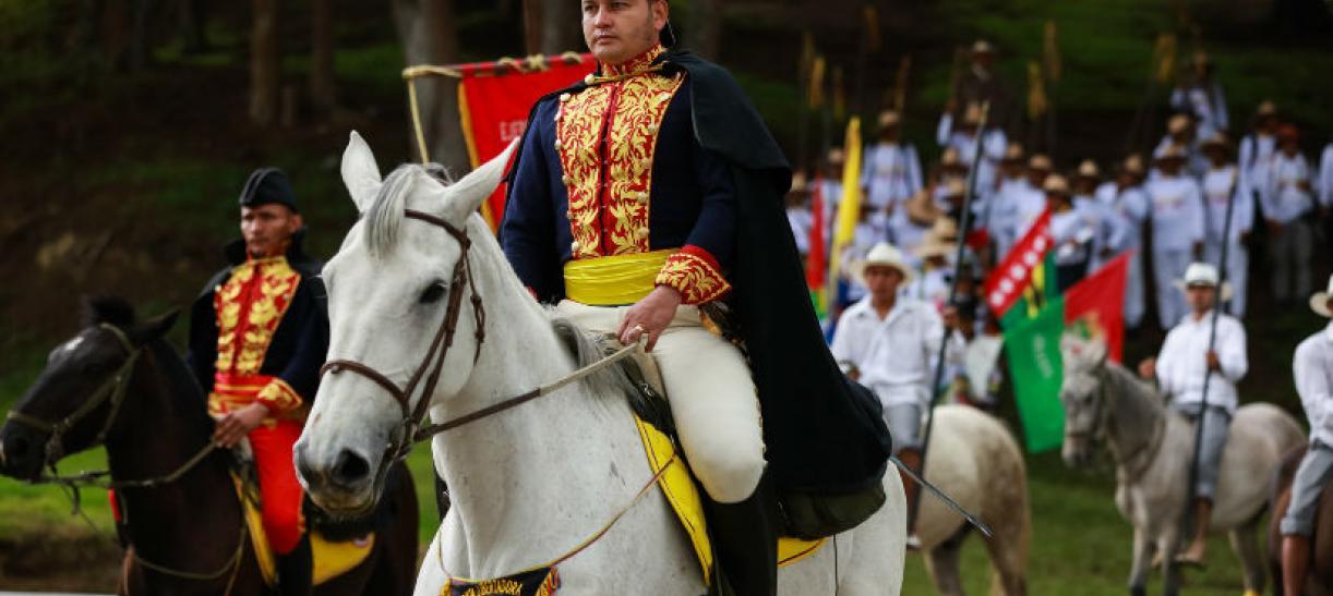 Imagen de un hombre con traje de militar de época subido en un caballo