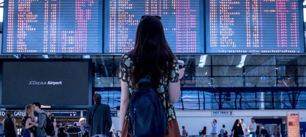 Imagen de una joven en un aeropuerto