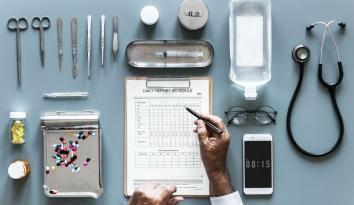 Imagen de varios elementos característicos de los médicos