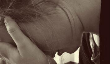 Imagen de una mujer con las manos en la cara