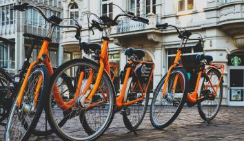 Imagen de varias bicicletas color naranja