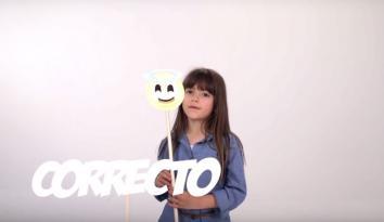 Imagen de una niña con un emoticon de carita feliz y la palabra Correcto