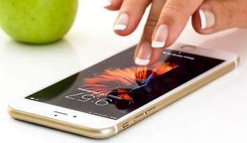 Imagen de una mano de mujer tocando un celular