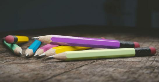 Varios colores sobre una mesa