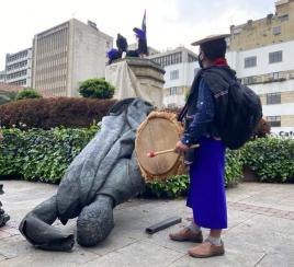 Indígenas que tumbaron estatua de Gonzalo Jiménez explican por qué lo hicieron