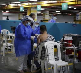 Jefes de hogar, más dispuestos a vacunarse: encuesta de Pulso Social