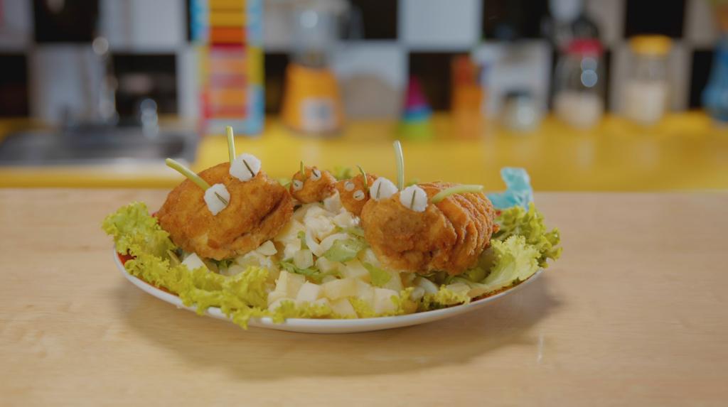 ensalada para niños hecha a base de pelluga de pollo y rúgula