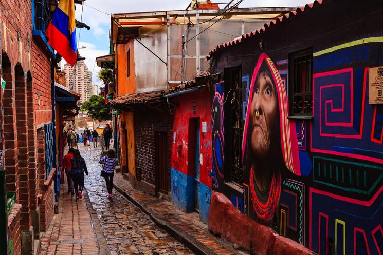 Grafiti en Colombia - Mural Kuna Tule de Carlos Trilleras en La Candelaria de Bogotá