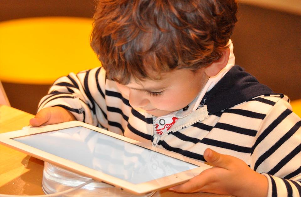 El buen uso del internet - Niño pequeño con tableta