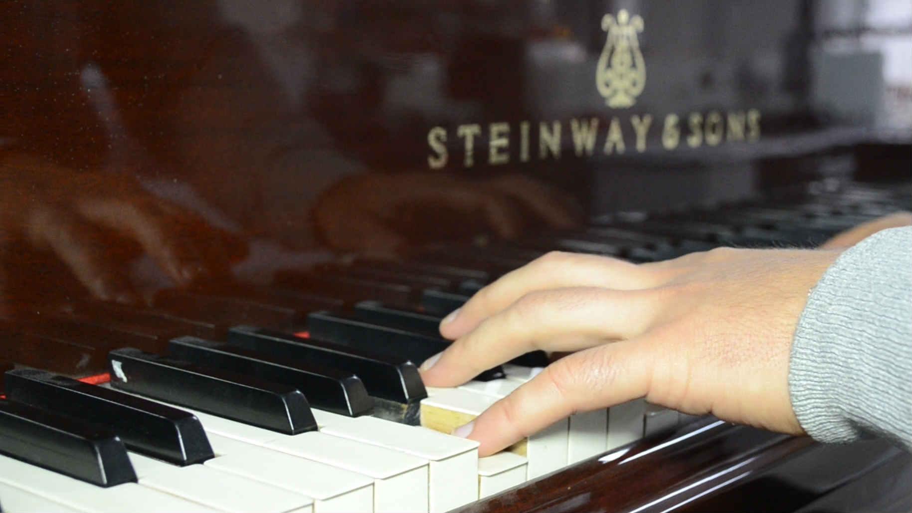 Pianista tocando en los pianos de RTVC