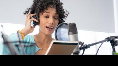 Cómo ganar dinero haciendo un podcast Al Oido