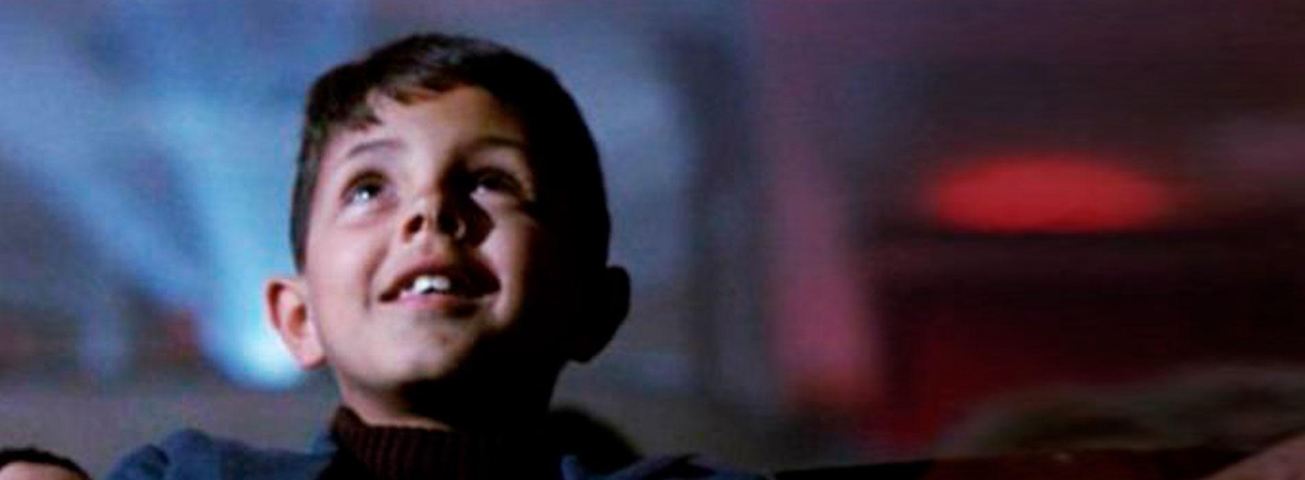 Toto, personaje de Cinema Paradiso en la sala de cine.