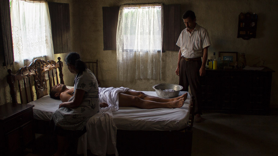 Foto fija de la película La tierra y la sombra.