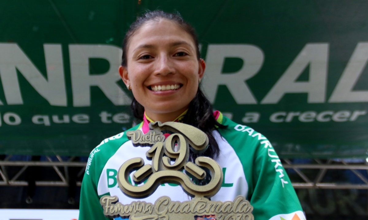 Ciclista Liliana Moreno con Trofeo de la Vuelta a Guatemala