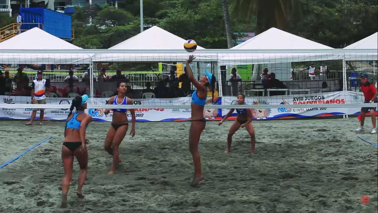 Las hermanas Andrea y Claudia Galindo, dupla mundialista de voleibol playa en Colombia, en práctica