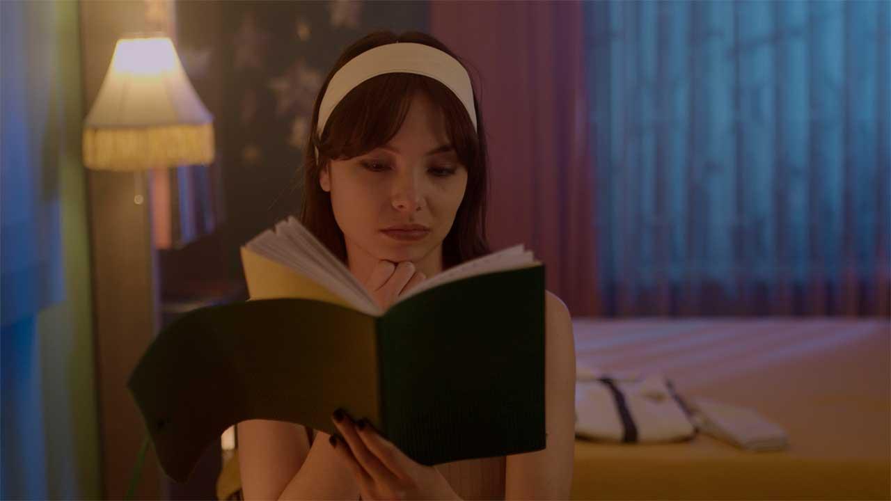 Una joven sostiene un diario en Los diarios secretos de las chicas (in) completas