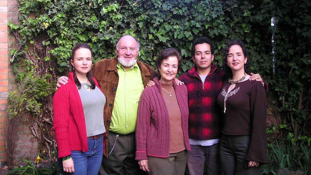 Foto familiar del director y realizador del documental 'Hacerse grande', compuestos por dos hermanas, la madre fallecida, su padre y el cineasta