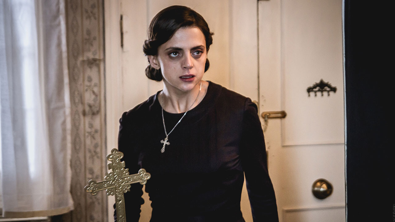 Mujer trastornada en la película La habitación del mal