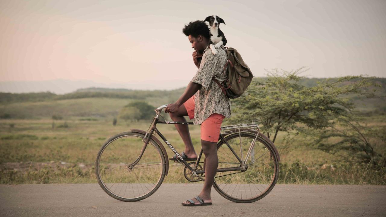 Protagonista de la película Rio seco sobre un bicicleta