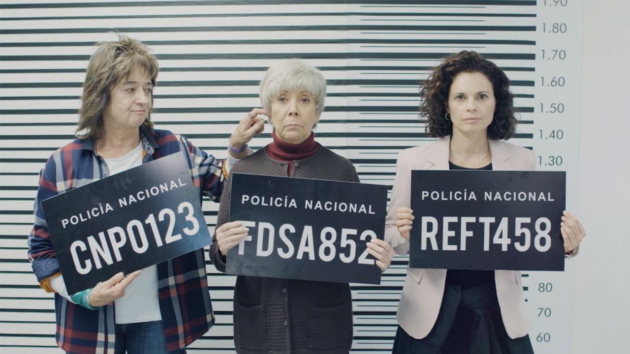 Tres mujeres con carteles de recién convictas en la serie Paseadora de perros abueles