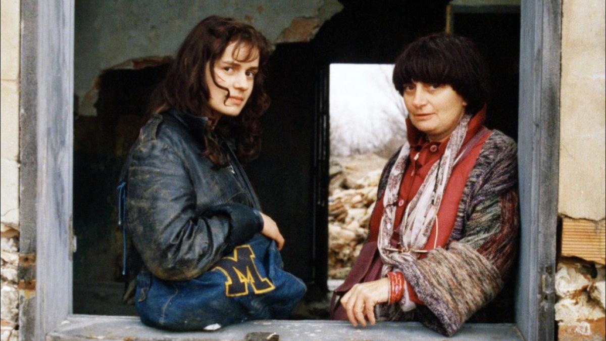 La actriz Sandrine Bonnaire y las cineasta Agnès Varda en el set de 'Sin techo ni ley'.