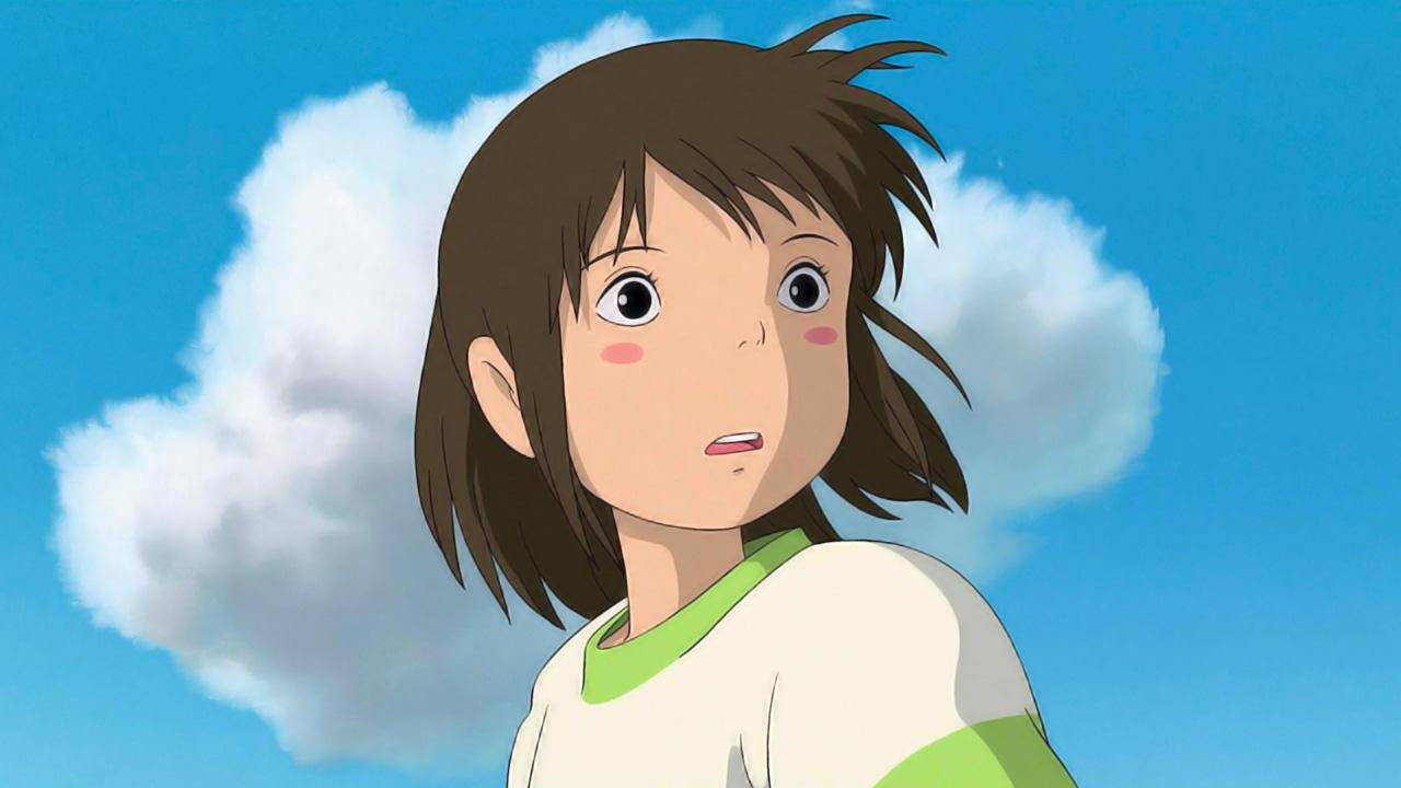 Chihiro, una niña de 10 años, reacciona con sorpresa, de fondo el cielo.