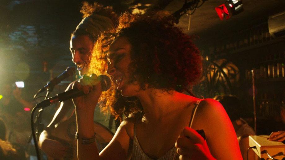 Dos jóvenes cantando en un concierto