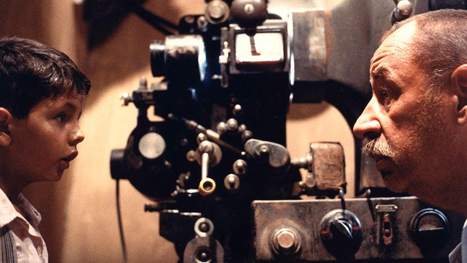 Alfredo y Toto charlan con la cámara de fondo en Cinema Paradiso
