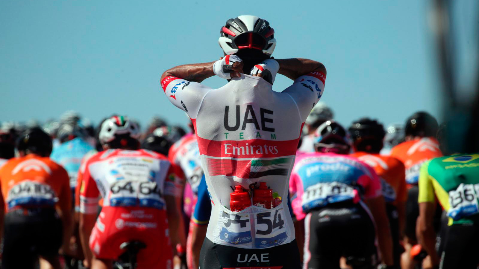 Tres ciclistas colombianos apartados del Team Emirates por posible contagio de COVID-19