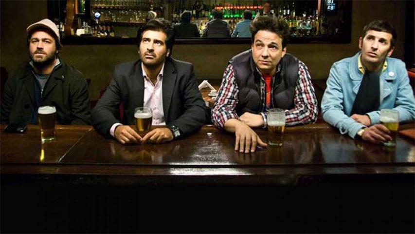 4 amigos toman cerveza en la barra de un bar