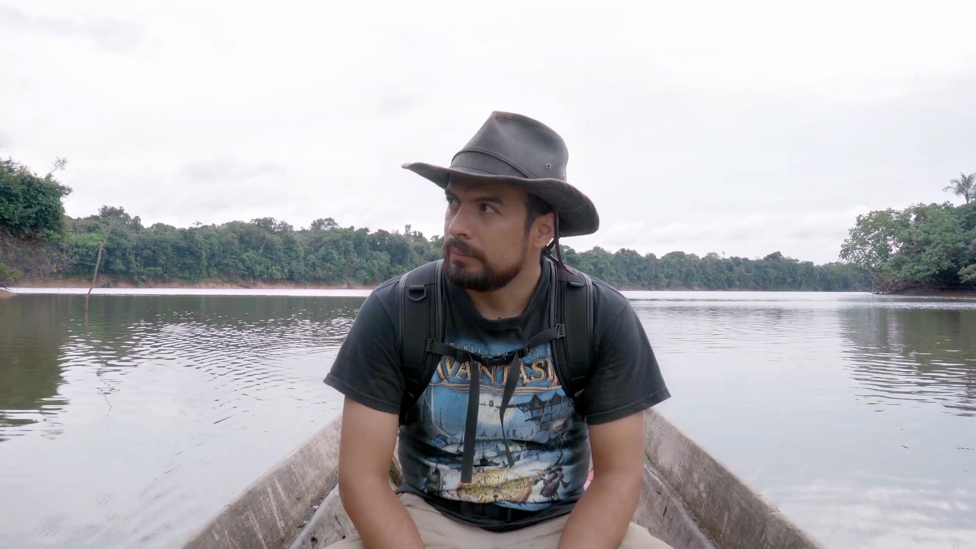 Investigador colombiano Sergio Balaguera al interior del Río Apaporis