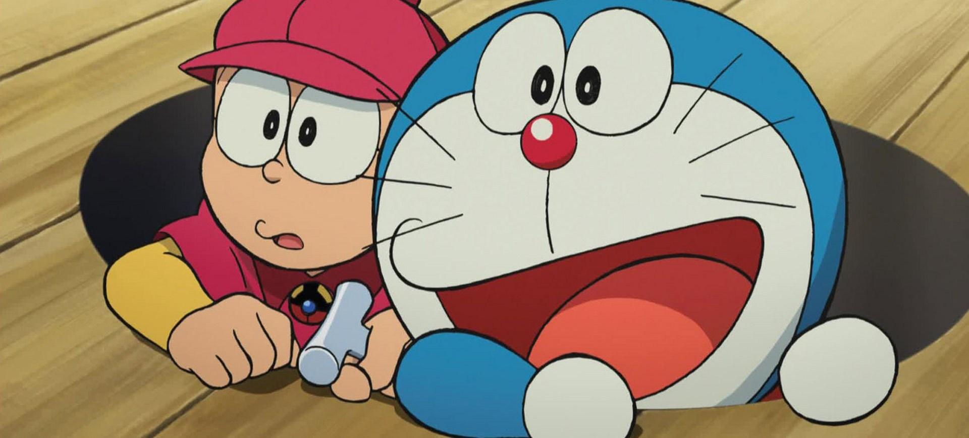 Un niño y un gatos salen de un hueco en el piso