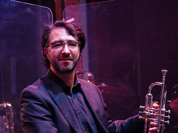 un hombre con tapabocas de la sinfonica nacional toca el violín en la serie contra el olvido
