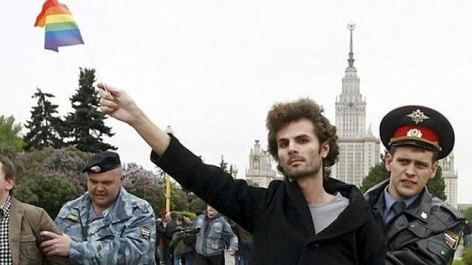 Policía ruso detiene a activista gay en Moscú.