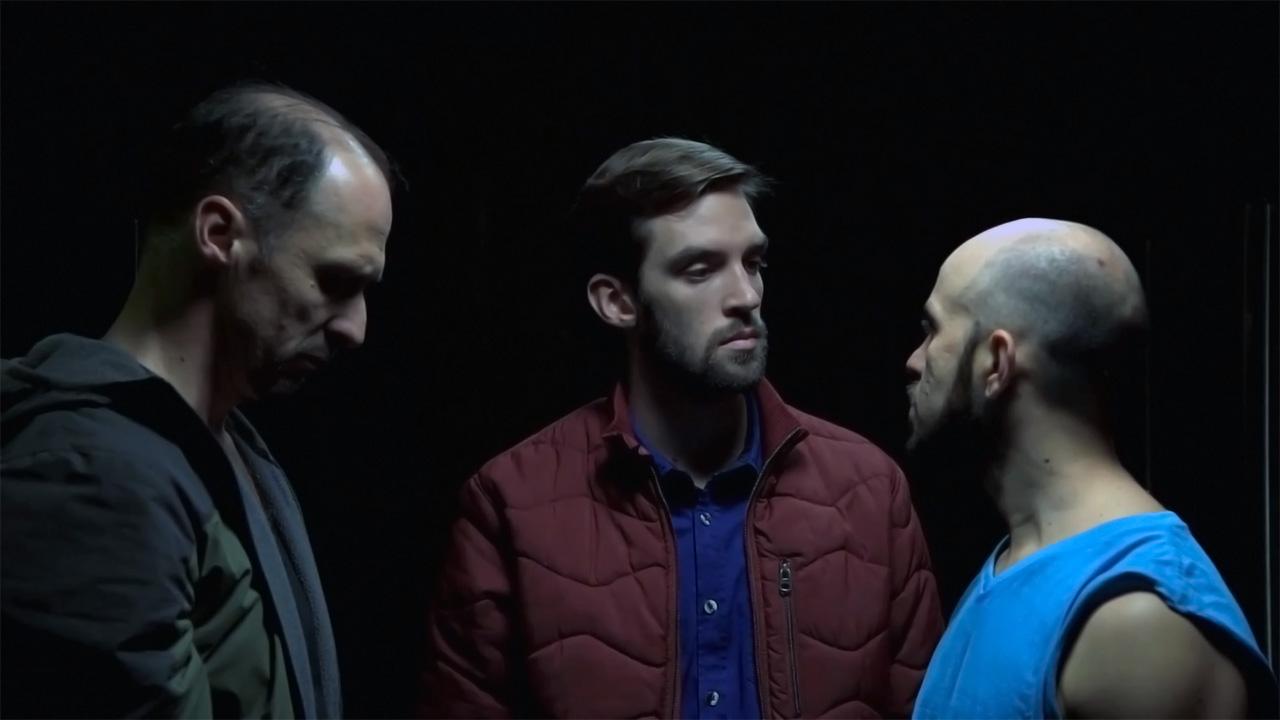 Un joven separa a dos hombres que estaban peleando