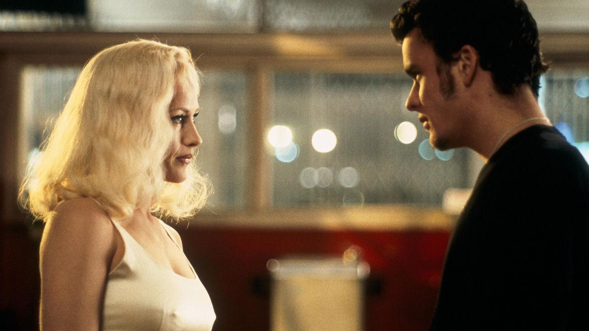 Una mujer rubia y un hombre joven se miran fijamente