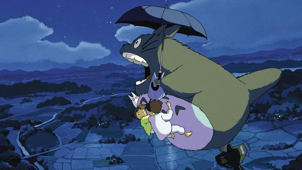 Dos niñas y un gigante felpudo vuelan sobre un campo con una sombrilla mágica.