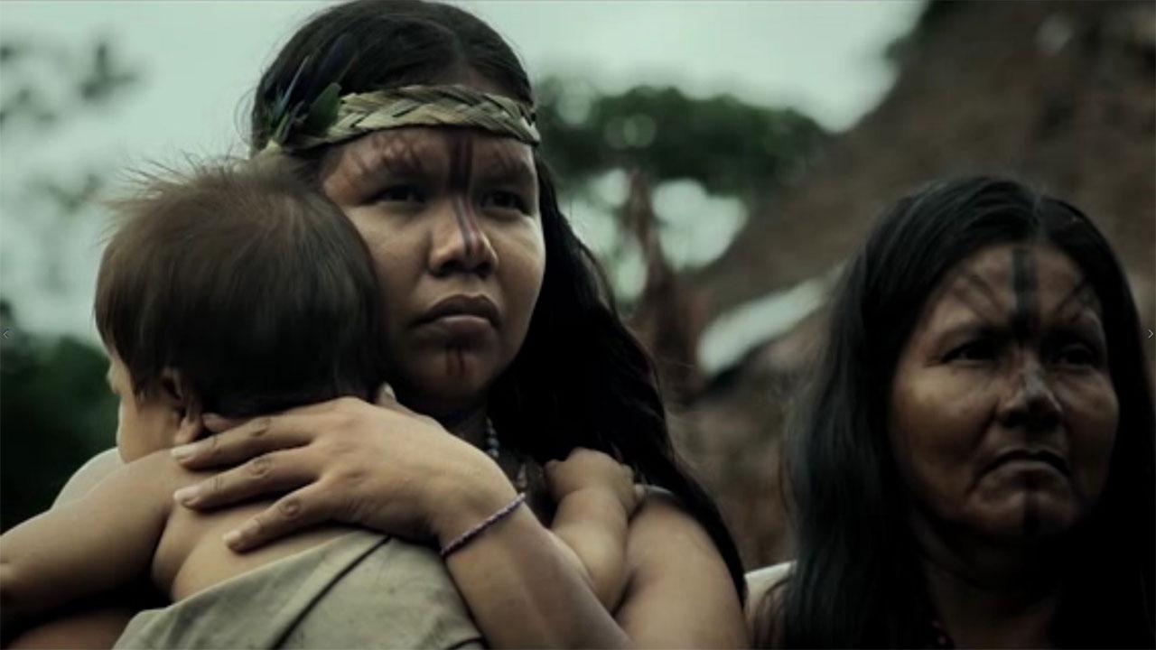 Una mujer indígena carga a un niño en Amazonas