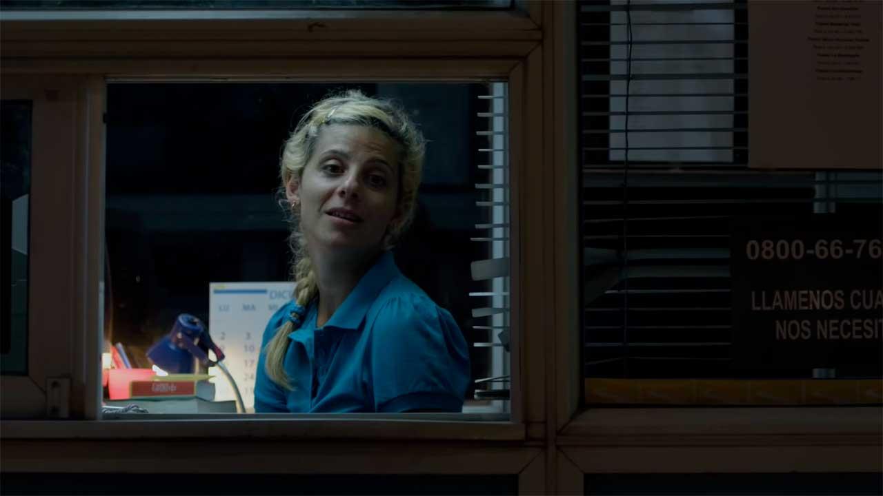 """Una mujer atiende un peaje nocturno en la película """"Una noche sin luna"""""""
