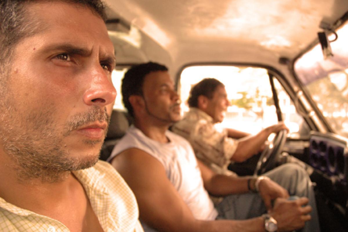3 hombres viajan en la cabina de un camión