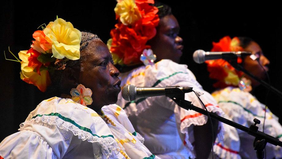 Cantaoras en el Festival Petronio Álvarez