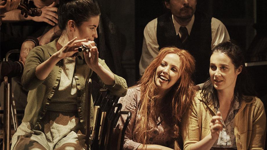 Mujeres irlandesas sonríen en una fiesta con música tradicional