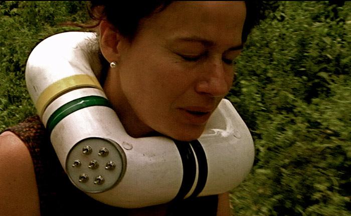 Una mujer sufre por tener un collar bomba
