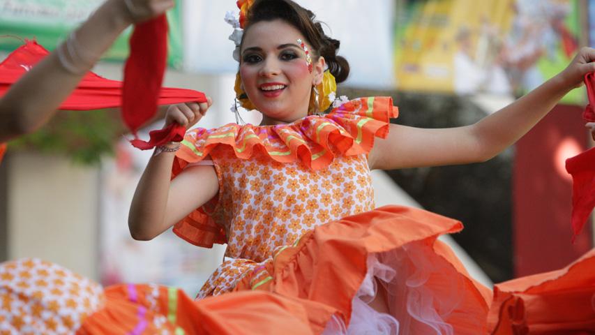 Bailarina en el Festival Folclórico y Reinado Nacional del Bambuco
