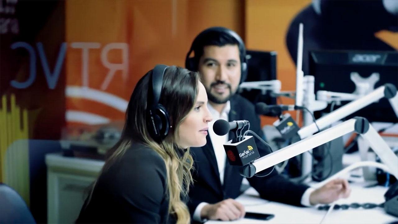 Dos locutores en una cabina de radio - Señal de la mañana