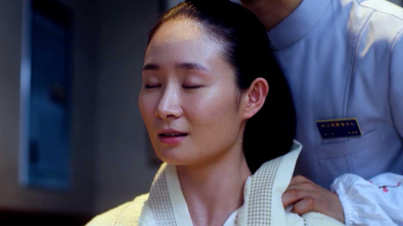 Mujer invidente recibe un masaje en la serie china ver sin mirar