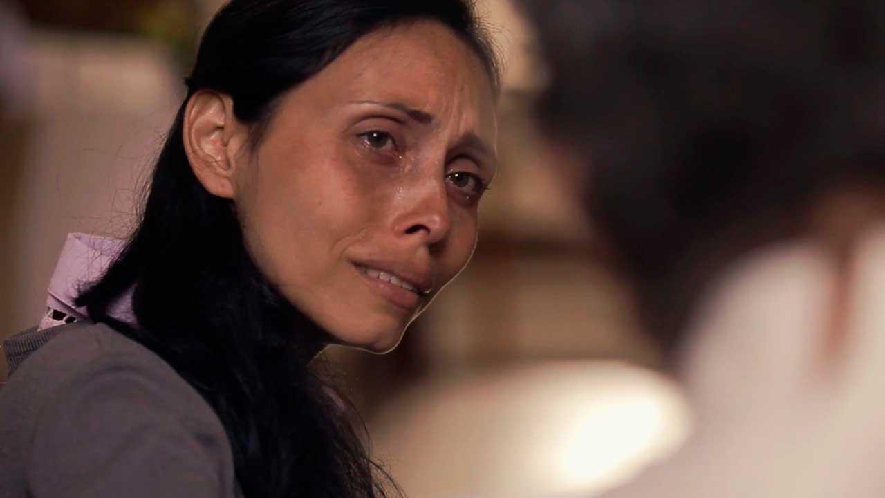 """Una mujer llora en una iglesia en la serie """"Viacrucis"""""""