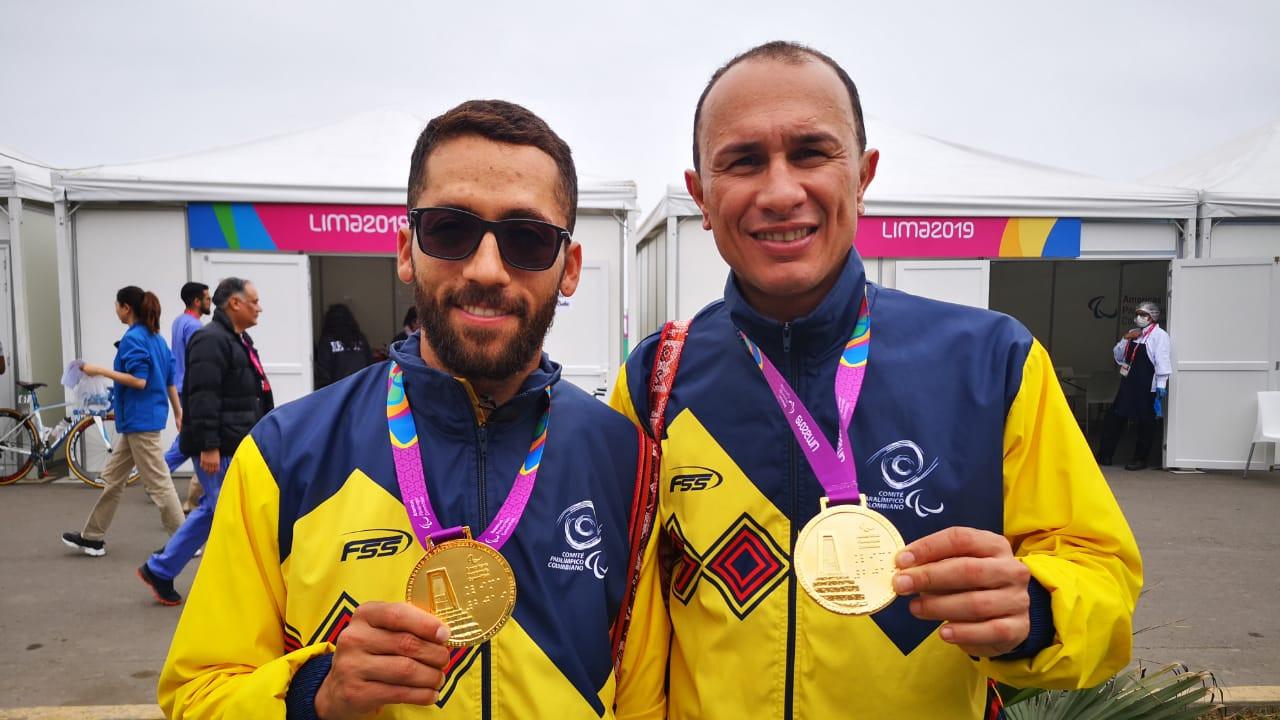 Javier Serna y Marlon Pérez sonríen con sus medallas de oro. Foto: Comité Paralímpico Colombiano